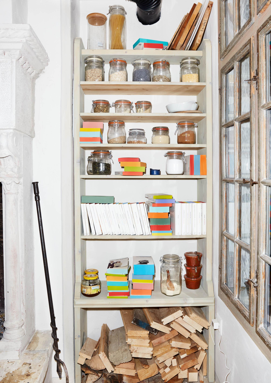buecher-magazin.de | Bunte Akzente im Bücherregal